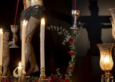 Detalle del Cáliz que recoge la Sangre de su mano izquierda